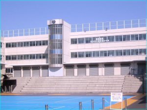 画像引用元:https://upload.wikimedia.org/wikipedia/commons/thumb/4/42/Horikoshi_High_School_(school_building).jpg/1280px-Horikoshi_High_School_(school_building).jpg