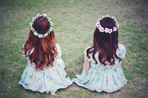 双子 女の子 フリー素材